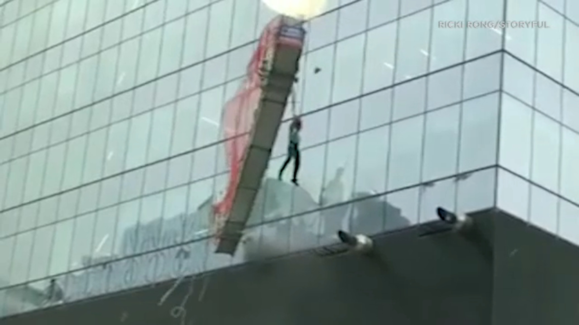 Worker left dangling after platform crashes into skyscraper - ABC7 ...